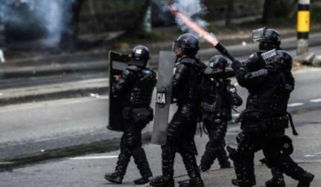 Policías antidisturbios del Esmad, durante protestas en Bogotá