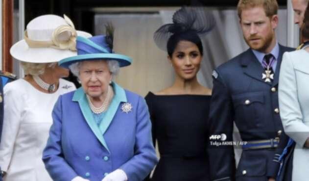 Reina Isabel junto a Meghan y Harry