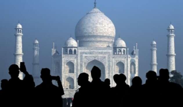 Turistas visitan el Taj Mahal en Agra, india