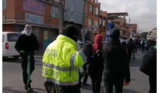 Encapuchado con chaqueta de policía