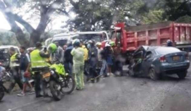 El choque de un automóvil con una volqueta dejó varias víctimas