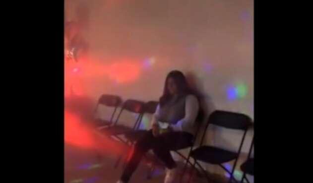 Joven sola en su fiesta