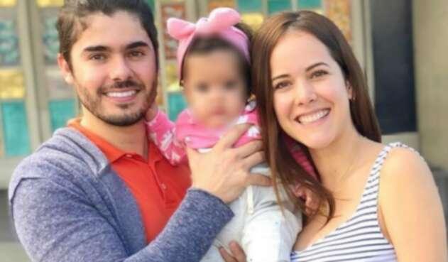 Jhoan Álvarez junto a Laura Contreras y su hija