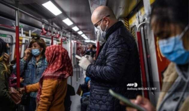 Pasajeros en Hong Kong se protegen del coronavirus