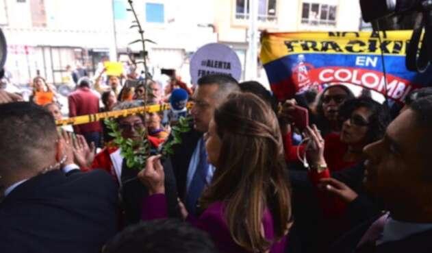 Vicepresidenta y manifestantes contra el fracking