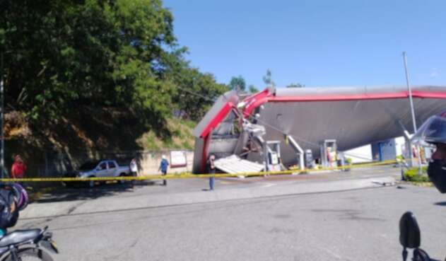 Así quedó la estación de servicio afectada por la caída del cable.