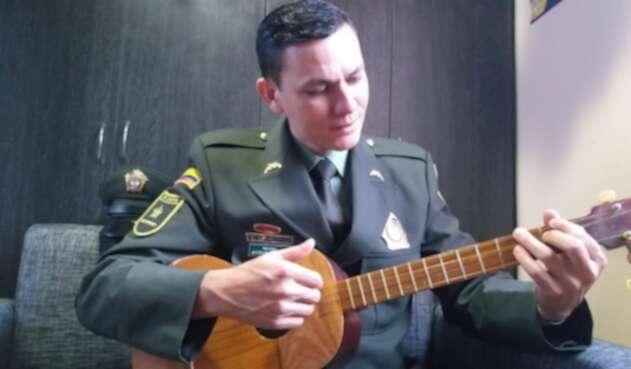 El patrullero Jeferson Chaparro Viancha compuso la canción con la que rinde homenaje a las víctimas del atentado en la Escuela de Cadetes de la Policía General Santander