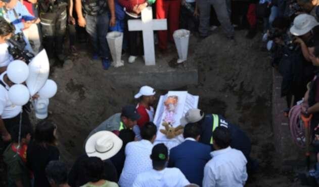 Entierro de niña asesinada en México