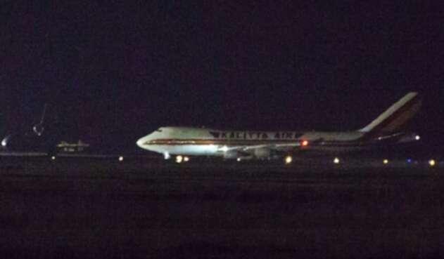 Avión en que se evacuaron estadounidenses por coronavirus