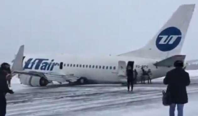 Avión aterriza en Rusia con tren de aterrizaje roto