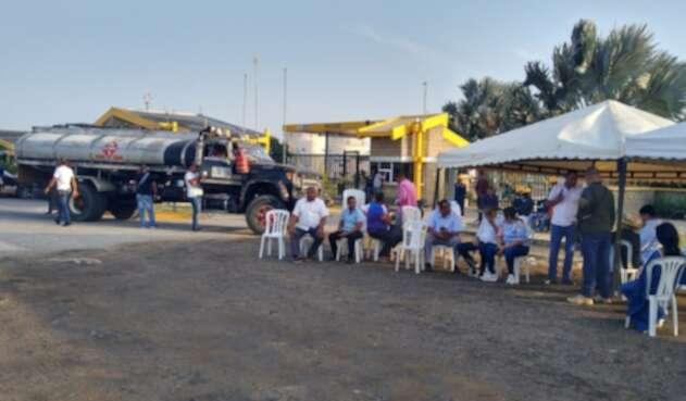 los empresarios bloquearon las plantas distribuidoras y cerraron las estaciones de combustible