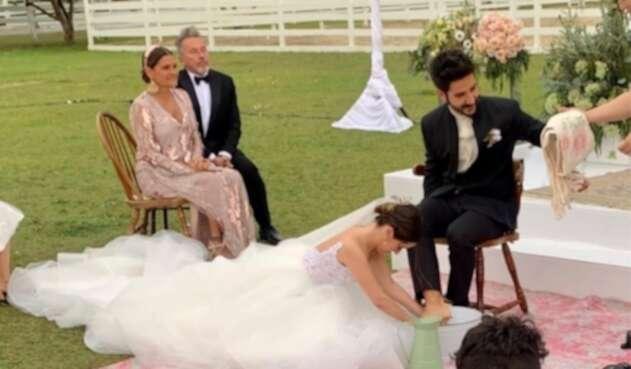 Evaluna le lava los pies a Camilo