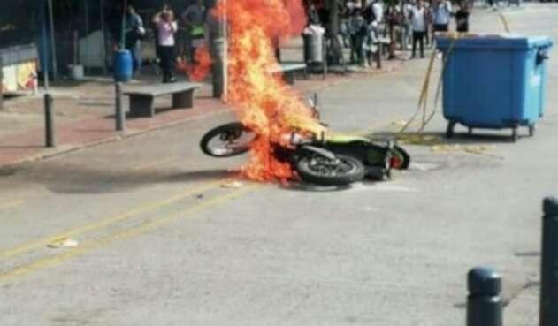 los encapuchados quemaron la moto delante de la gente