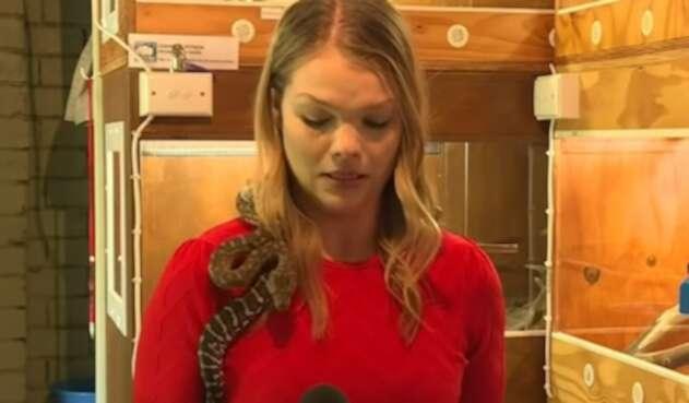 Periodista asustada con serpiente