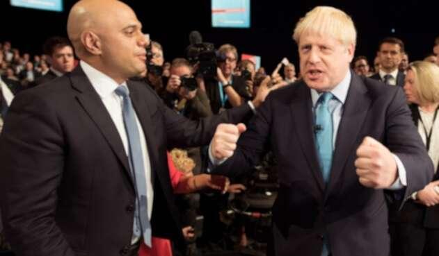 Sajid Javid, ministro británico de Finanzas, junto a Boris Johnson