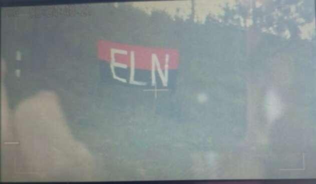 Esta bandera fue dejada al lado de la torre derribada en Medellín.