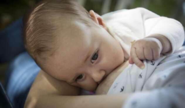 Bebé tomando leche materna