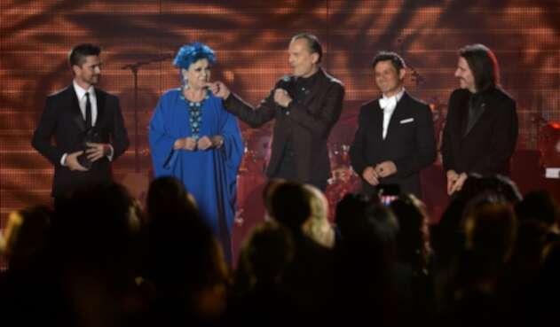 Miguel Bosé canta junto a Lucía Bosé