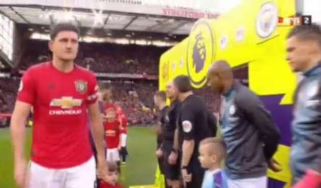 Jugadores y árbitros no se saludaron con la mano en el clásico de Manchester