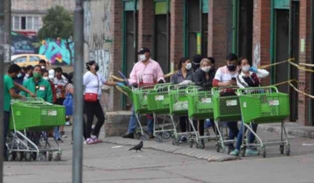 Aún se ven largas filas en Supermercados de Soacha.