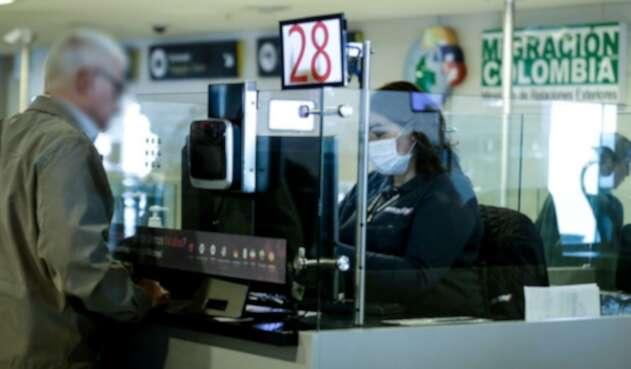 Controles por coronavirus en aeropuerto El Dorado