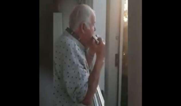 Anciano cree que apluasos en las calles son por él