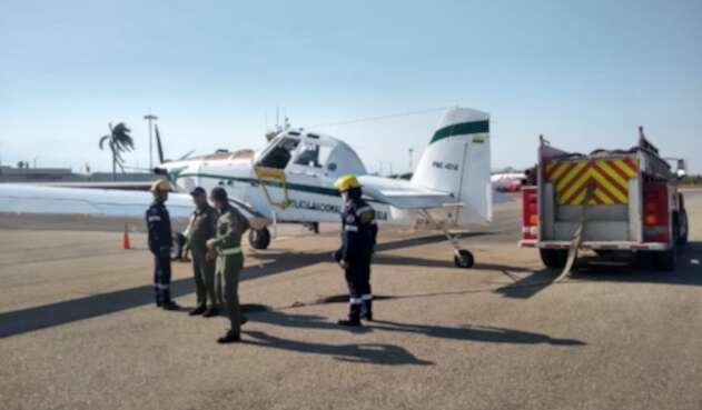 veinte hombres del cuerpo de bomberos y defensa civil apoyan la emergencia