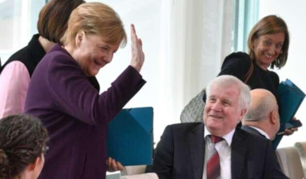 Horst Seehofer no estrechó la mano de Ángela Merkel