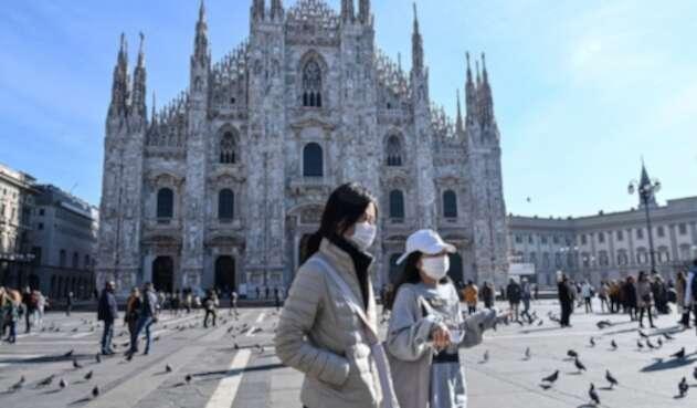 Milán, Italia: Mujeres usan máscaras por el coronavirus