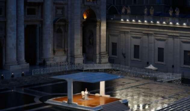 El Papa Francisco envió su bendición al mundo en soledad por coronavirus.