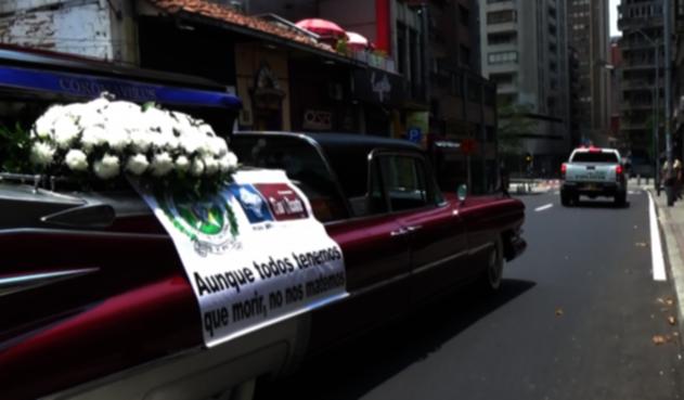 Carro fúnebre por las calles de Medellín.