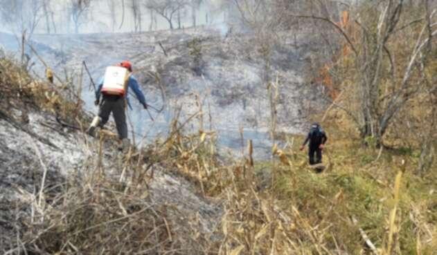 El personal debe caminar más de 10 kilómetros para poder llegar al sitio de la emergencia.