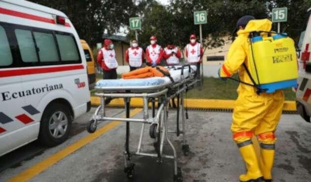Trabajadores de la salud atienden coronavirus en Ecuador