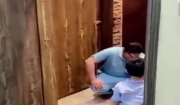 Enfermero llora porque no puede abrazar al hijo
