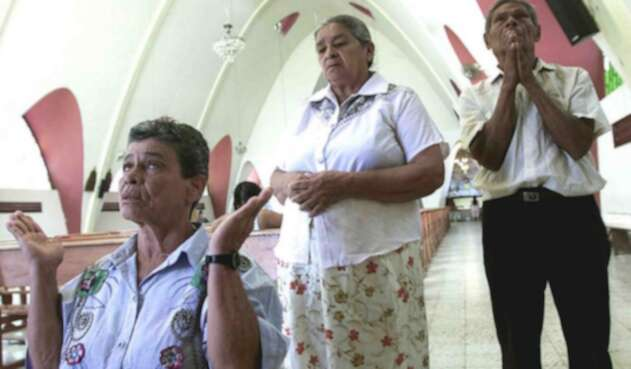 Gente rezando. Imagen de referencia