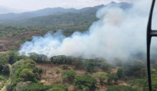 Desde el aire las autoridades trabajan para extinguir las llamas en la montaña