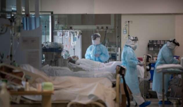 Médicos que atienden a contagiados de coronavirus