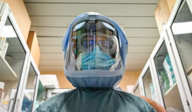 Médicos en Italia atienden coronavirus con estos trajes