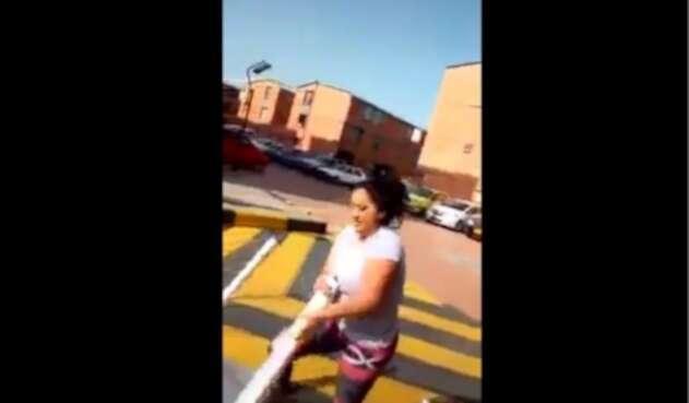 Mujer golpea a vigilante