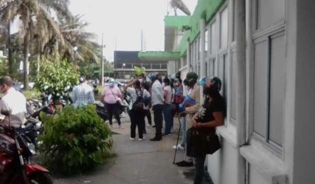 Pacientes esperando atención en hospital de Leticia