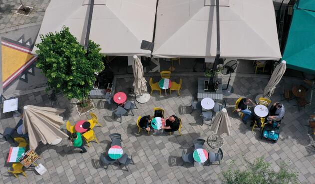 Coronavirus en Albania / Distanciamiento en bares y restaurantes