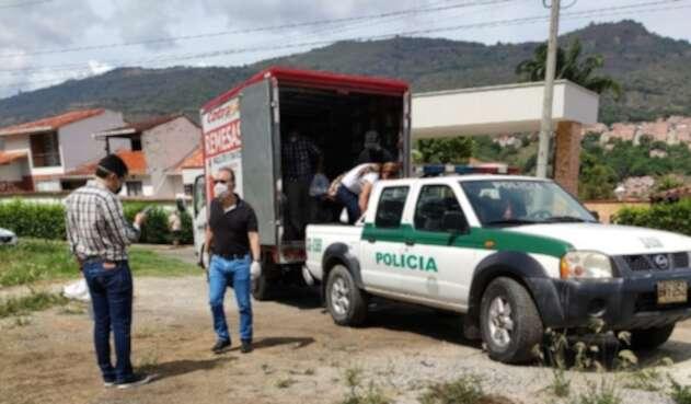 Transportando gente en la patrulla
