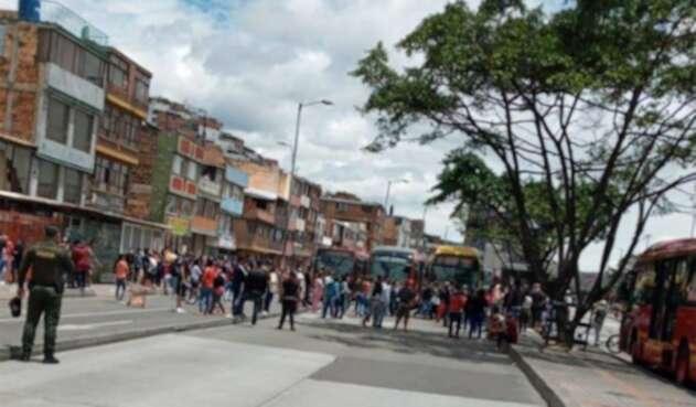 Transmilenio es bloqueado por ciudadanos que reclaman ayudas.