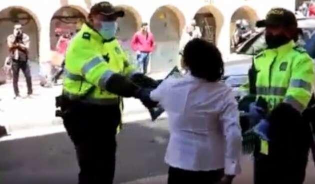 Multan a mujer que agredió a policías