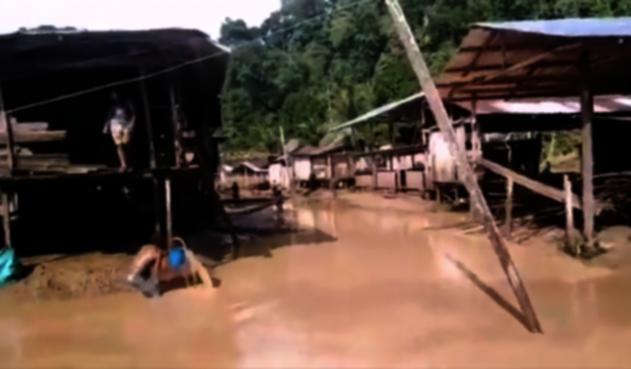 Inundaciones en comunidades indígenas de Bojayá, tras el desbordamiento de dos ríos.