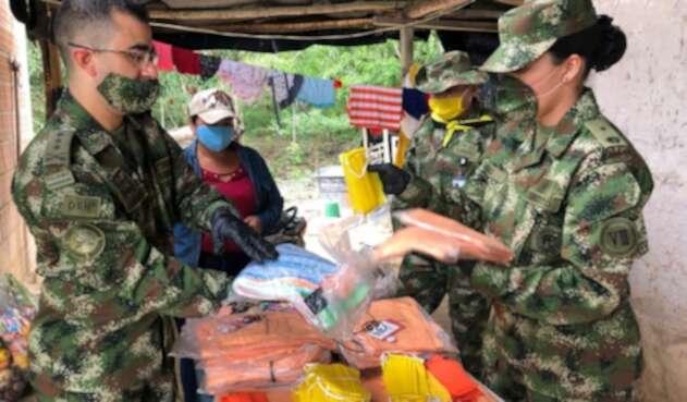 Ejército entregando ayudas