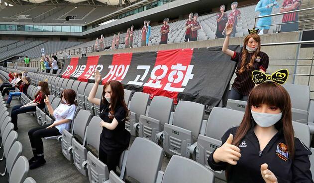 El club de la capital surcoreana fue el centro de las críticas por haber desplegado decenas de muñecas para llenar en parte el vacío de sus tribunas durante un partido contra el Gwangju FC (ganado 1-0 por los locales), ya que los hinchas de carne y hueso no están autorizados a acudir a los partidos por la pandemia del nuevo coronavirus.