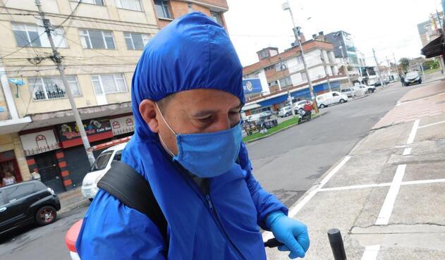 Fernando cobra cinco mil pesos por desinfectar puertas y ventanas.