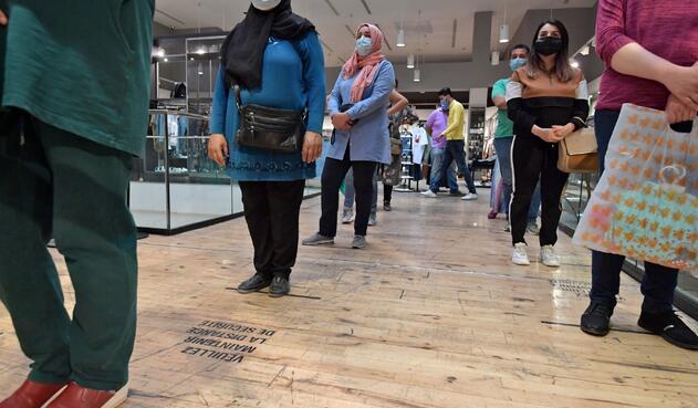 Coronavirus en Túnez / Distanciamiento para ingreso a tienda de ropa