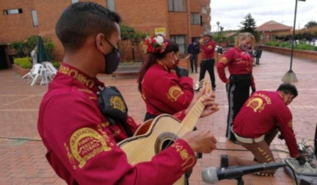 Mariachis sobreviviendo de milagro